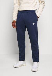 Nike Sportswear - CLUB PANT - Spodnie treningowe - midnight navy - 0