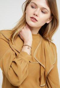 Patrizia Pepe - BRACCIALE CON CATENE - Armband - gold-coloured - 1