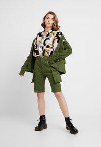 House of Holland - SAFARI MID LENGTH - Shorts - khaki green - 1