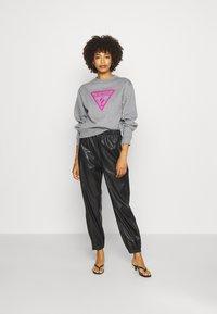 Guess - TRIANGLE - Sweatshirt - stone heather grey - 1