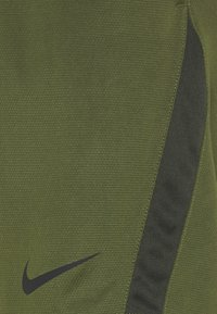 Nike Performance - SHORT TRAIN - Korte sportsbukser - rough green/sequoia/black - 2