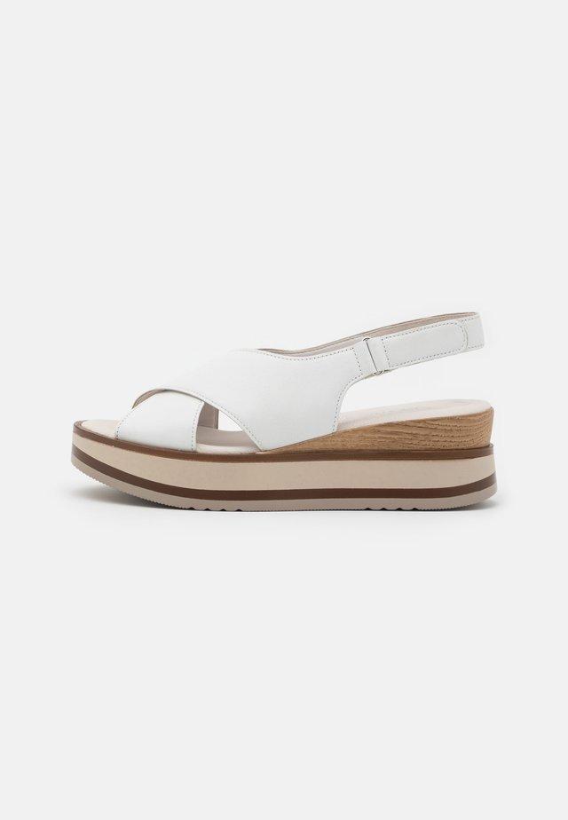 Sandalias con plataforma - weiss/natur