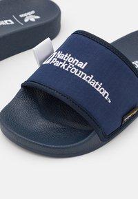 adidas Originals - ADILETTE - Matalakantaiset pistokkaat - collegiate navy/footwear white - 5