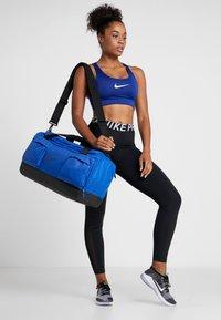 Nike Performance - VAPOR POWER S DUFF  - Sportovní taška - game royal/black - 5