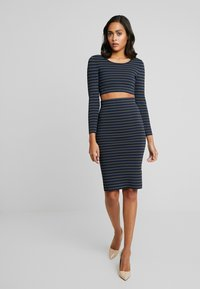 Good American - LONG SLEEVE STRIPE CROP - Topper langermet - dark blue - 3