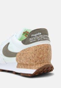 Nike Sportswear - DBREAK TYPE M2Z2 UNISEX - Tenisky - white/galactic jade/white/volt - 4