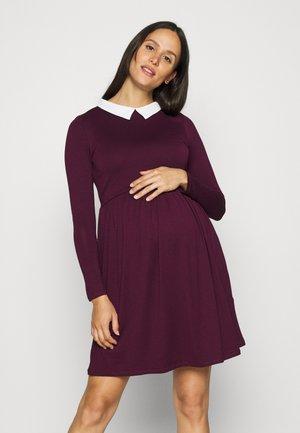 CAROLANE - Žerzejové šaty - aubergine