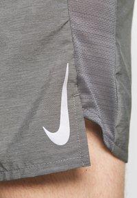 Nike Performance - CHALLENGER SHORT - Korte broeken - iron grey - 5