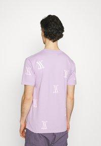 YAVI ARCHIE - RANDOM LOGO - Print T-shirt - lavender - 2