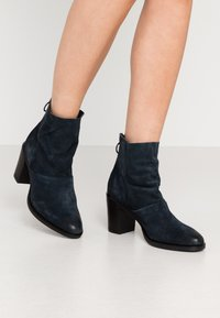 MJUS - Kotníkové boty - ink - 0