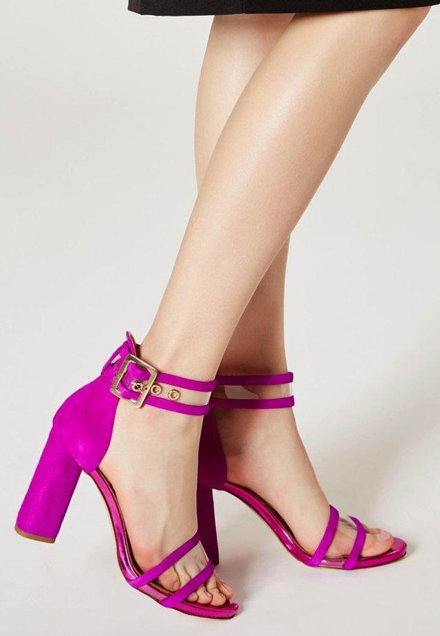 Sandały na obcasie - fuchsia