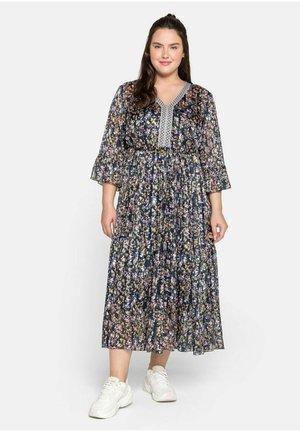 Maxi dress - steingrau bedruckt