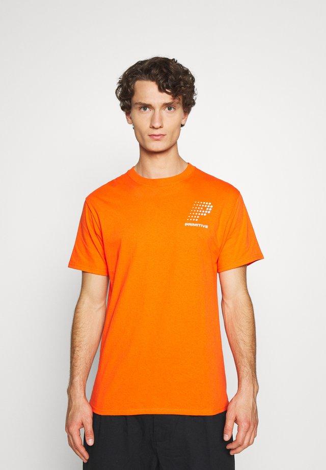 CONNECTION TEE - T-shirt z nadrukiem - orange