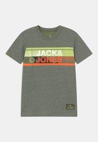 Jack & Jones Junior - JCONICCO CREW NECK - Triko spotiskem - rifle green - 0