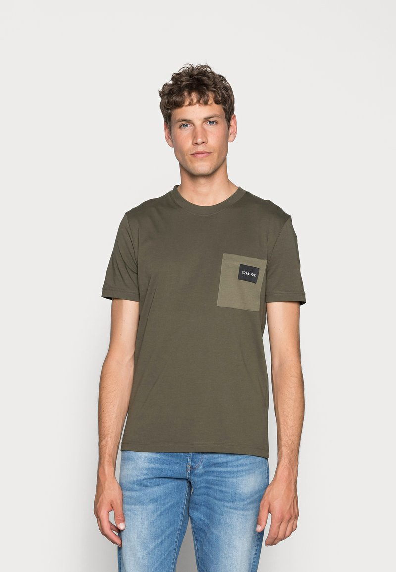 Calvin Klein - CONTRAST POCKET  - T-shirt con stampa - green