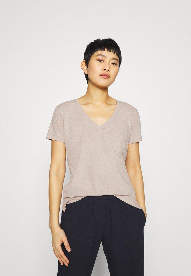 WHISPER V NECK POCKET TEE - T-shirt basic - ashen silver