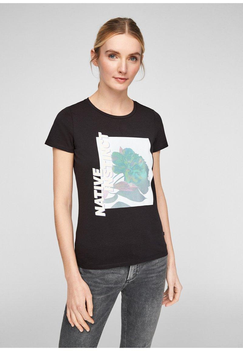 QS by s.Oliver - MIT FRONTMOTIV - Print T-shirt - black