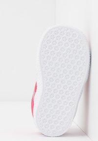adidas Originals - GAZELLE - Sneakersy niskie - real pink/footwear white - 5