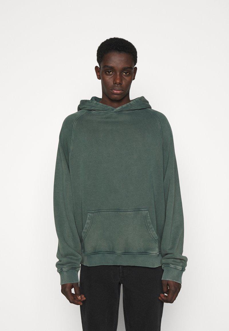 oftt - HEAVYWEIGHT HOODED RAGLAN - Huppari - fade out green