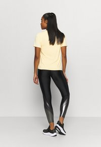 Nike Performance - CITY SLEEK - Camiseta estampada - melon tint/silver - 2