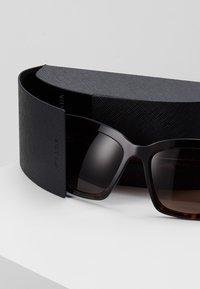 Prada - CATWALK - Sluneční brýle - havana - 2