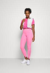 Nike Performance - MILER - Camiseta estampada - pink glow/silver - 1