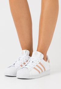 adidas Originals - SUPERSTAR PRIMEGREEN VEGAN - Sneakersy niskie - footwear white/pale nude - 3