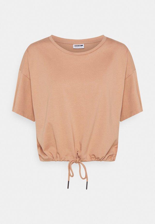 NMDURU LOOSE STRING - T-shirt con stampa - praline