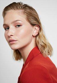 Astrid & Miyu - BASIC EAR CUFF - Earrings - rose gold-coloured - 1