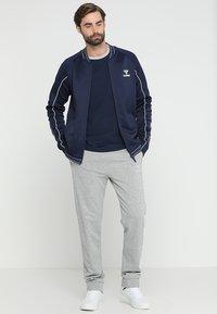 Hummel - FLINT - Langærmede T-shirts - black iris - 1