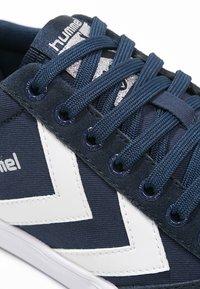 Hummel - SLIMMER STADIL - Sneakers laag - dress blue/white - 5