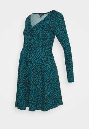 RUCHED FRONT DRESS - Žerzejové šaty - green