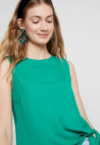 Cortefiel - SLEEVELESS WITH SIDE KNOT DETAIL IN HEM - Blůza - greens - 4