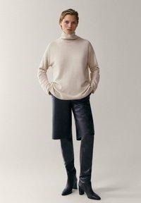 Massimo Dutti - MIT WEITEM AUSSCHNITT - Pullover - beige - 0
