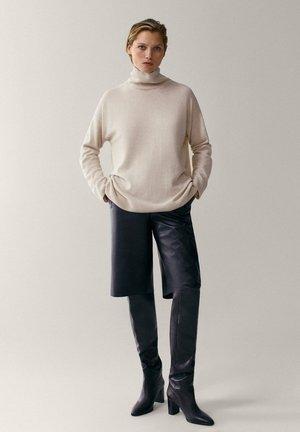 MIT WEITEM AUSSCHNITT - Sweter - beige