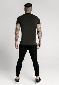 SIKSILK - STRAIGHT HEM GYM - T-shirt basic - black & gold - 2