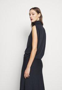 Victoria Beckham - SLEEVELESS NECK MIDI - Pletené šaty - navy - 4
