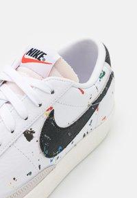 Nike Sportswear - BLAZER LOW '77  - Sneakersy niskie - white/black/sail/team orange - 7