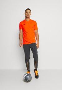 Nike Performance - DRY - Print T-shirt - total orange - 1