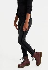 WE Fashion - MEISJES MET VELVET TAPE DETAIL - Jeans Skinny Fit - dark grey - 1