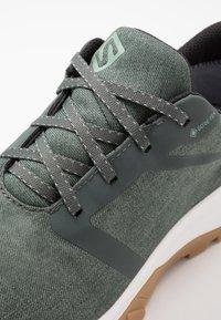 Salomon - OUTBOUND GTX - Hiking shoes - urban chic/white - 5