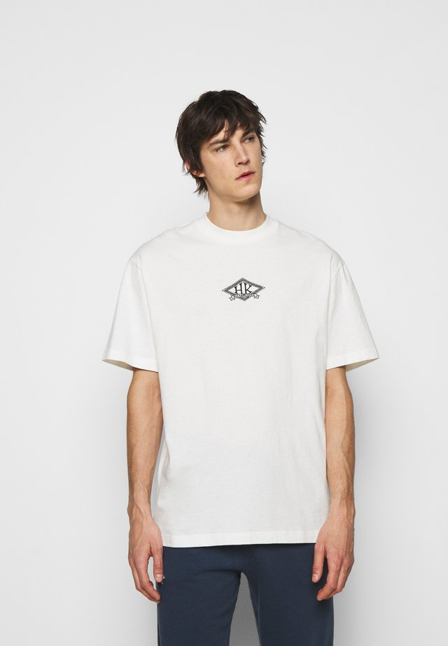 BOXY TEE FRONT - T-shirts print - off white/black