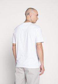 Common Kollectiv - UNISEX LOGO PRINTED BLOCK TEE - Print T-shirt - white - 3
