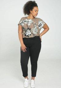 Paprika - Print T-shirt - khaki - 1