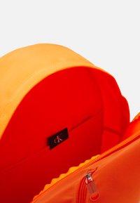 Calvin Klein Jeans - ROUND FRONT ZIP UNISEX - Sac à dos - vivid orange - 2