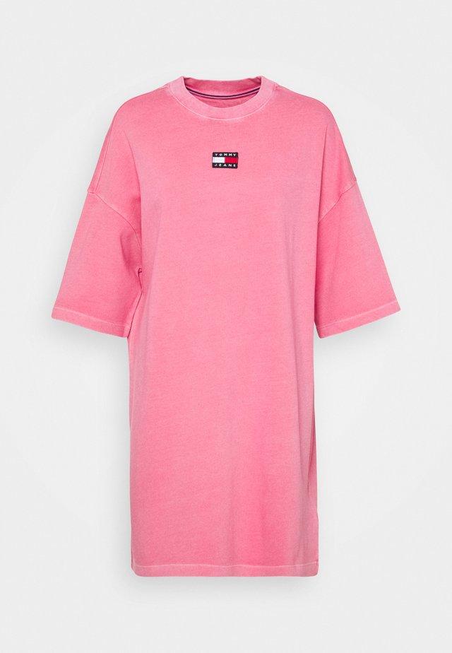 ESSENTIAL BADGE TEE DRESS - Žerzejové šaty - botanical pink