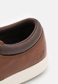 Skechers - LANSON ESCAPE - Volnočasové šněrovací boty - brown - 5