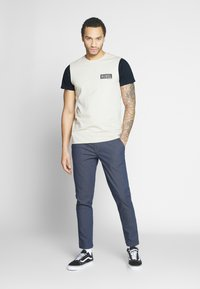 Redefined Rebel - LUKA TEE - T-shirts med print - stone - 1