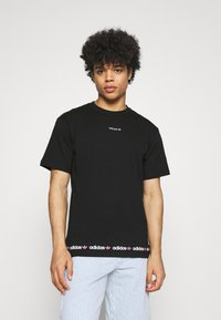 adidas Originals - LINEAR REPEAT UNISEX - T-shirt imprimé - black/screaming pink - 0