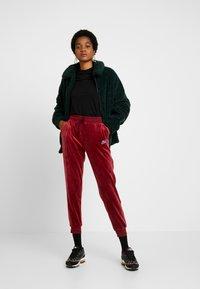 Nike Sportswear - PANT PLUSH - Träningsbyxor - team red/university blue - 1